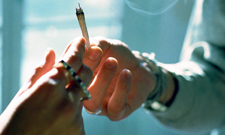 Drug-users-passing-a-join-002